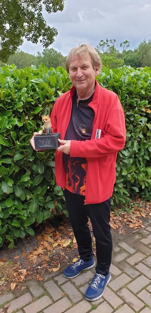 Dieter Schwider DF7XU met de trofee